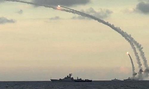 Tàu chiến Nga phóng tên lửa hành trình vào phiến quân Syria hồi năm 2015. Ảnh: TASS.