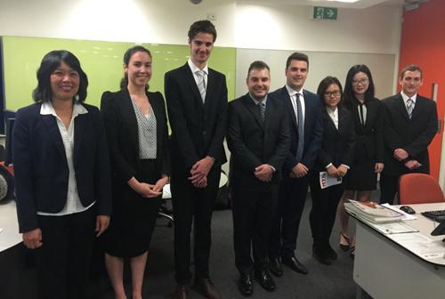 Tác giả (bìa trái) cùng nhóm sinh viên sau buổi thuyết trình tại Đại học  Victoria University.