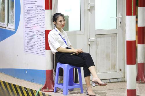 Nhân viên trạm thu phí BOT Hòa Lạc ngồi trước trạm nhìn người dân. Ảnh: Gia Chính