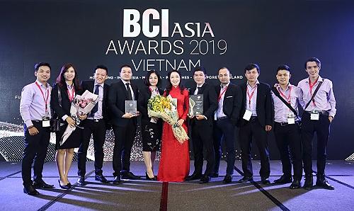 Bà Nguyễn Thị Tuyết Mai (áo đỏ) - Giám đốc Mai-Archi - đại diện công ty nhận giải BCI Asia Top 10 Architects Awards 2019.