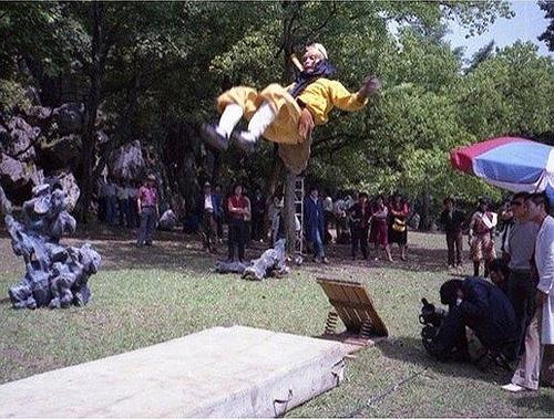 ... để có những cú nhảy phi thân đều phải giẫm trên đệm lò xo...
