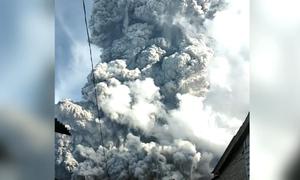 Indonesia phát cảnh báo đỏ khi núi lửa phun cột khói bụi cao 7 km