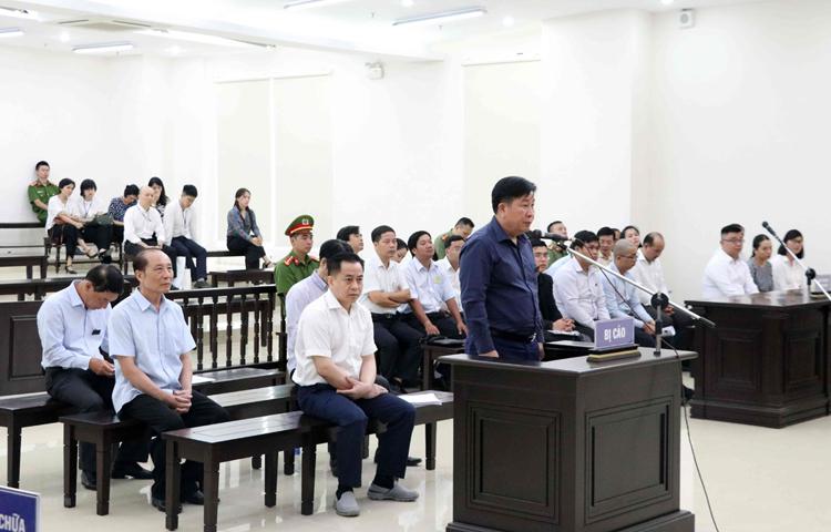 Cựu thứ tưởng Bùi Văn Thanh đứng ở bục dành cho bị cáo, ngồi phía sau là 4 đồng phạm. Ảnh: TTXVN