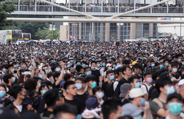 Đám đông tham gia biểu tình phản đối dự luật dẫn độ sáng 12/6 trên đường phố Hong Kong. Ảnh: Reuters.