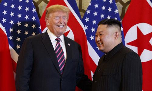 Tổng thống Mỹ Donald Trump (trái) và lãnh đạo Triều Tiên Kim Jong-un trong cuộc gặp thượng đỉnh ở Hà Nội hồi tháng 2. Ảnh: Reuters.