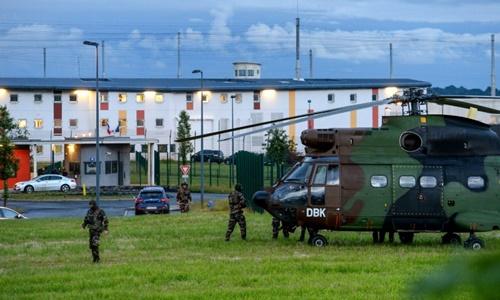 Trực thăng và binh sĩ Pháp bên ngoài trại giam Conde-sur-Sarthe ngày 11/6. Ảnh: AFP.