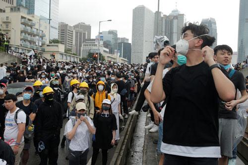Người Hong Kong tràn kín đường phố khu trung tâm sáng 12/6 để biểu tình. Ảnh: Reuters.