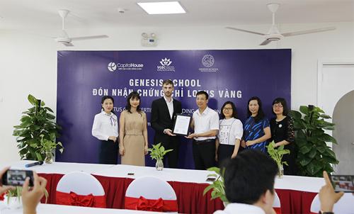 Đại diện Hội đồng Công trình xanh Việt Nam (VGBC) trao chứng chỉ xanh Lotus hạng vàng cho Trường Mầm non và Tiểu học Genesis