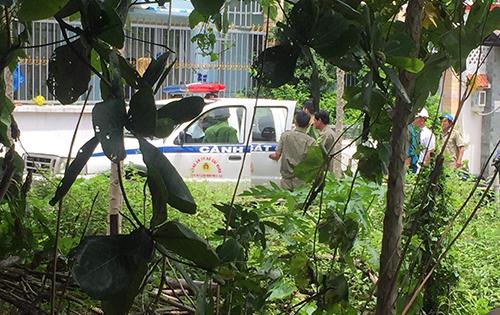 Cảnh sát bao vây căn nhà được nhóm nghi can cách âm. Ảnh: Nhật Vy.