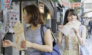 Thành phố của Nhật Bản cấm du khách vừa đi vừa ăn