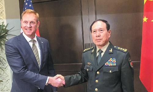 Quyền Bộ trưởng Quốc phòng Mỹ Patrick Shanahan bắt tay Bộ trưởng Quốc phòng Trung Quốc Ngụy Phượng Hòa tại Đối thoại Shangri-La tổ chức ở Singapore ngày 31/5. Ảnh: Reuters.