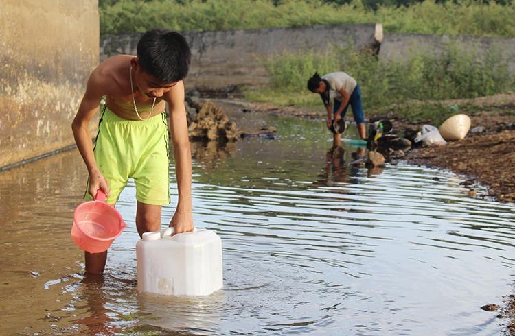 Người dân miền núi Nghệ An đi lấy nước ở hồ ao về sinh hoạt. Ảnh: Nguyễn Hải.