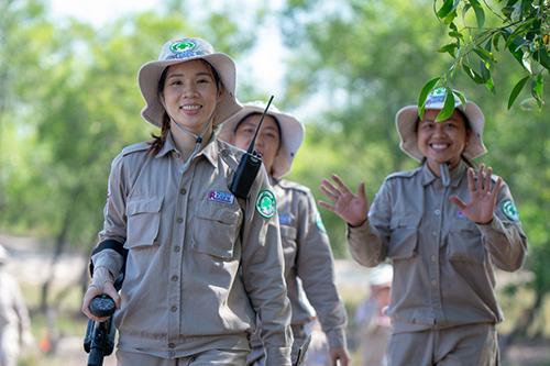 Le Thi Hoa (phía trước) và các đồng nghiệp trong đội rà phá bom mìn thuộc  Dự án Renew. Ảnh: SCMP