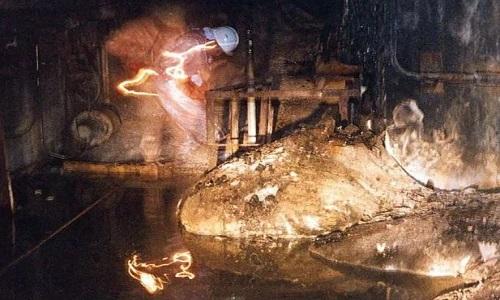 Chân voi chảy ra từ lõi lò phản ứng số 4 ở nhà máy Chernobyl. Ảnh: Sun.
