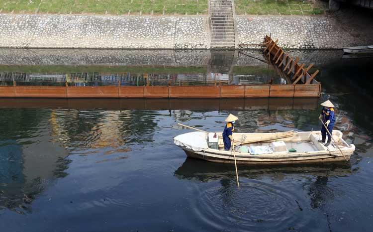 Công ty thoát nước Hà Nội: Sông Tô Lịch giảm mùi sau khi thử nghiệm dải chế phẩm sinh học