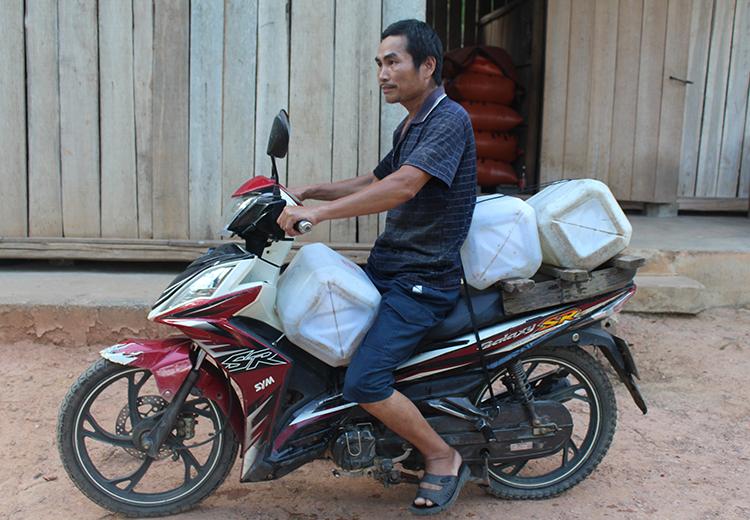 Ông Tần hàng ngày chuyển nước về phục vụ sinh hoạt gia đình. Ảnh: Phạm Bá.