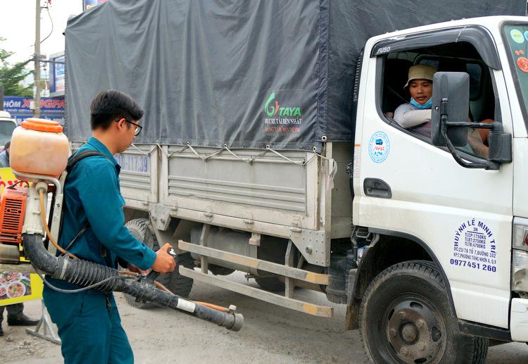 Một xe tải được phun tiêu độc khử trùng khi chạy ngang vùng có ổ dịch tả heo châu Phi đầu tiên ở TP HCM. Ảnh: Minh Tân.
