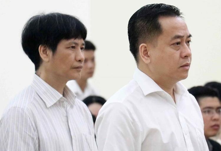 Bị cáo Vũ Nhôm (bên phải) và bị cáo Phan Hữu Bách (cựu phó Cục B61) tại phiên phúc thẩm ngày 12/6. Ảnh: TTXVN