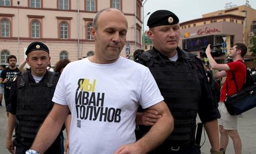 Cảnh sát bắt một người tham gia biểu tình ở Moskva ngày 12/6. Ảnh: AP.