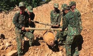 Công binh khiêng quả bom khủng khỏi vườn nhà dân