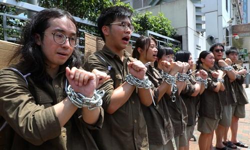 Sinh viên biểu tình chống dự luật dẫn độ bên ngoài văn phòng liên lạc của Bắc Kinh ở Hong Kong. Ảnh: SCMP.