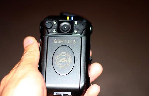 Chiếc camera nhỏ gọn được trang bị cho CSGT đeo trước ngực khi tuần tra, kiểm soát, xử lý vi phạm.Ảnh: Phương Sơn
