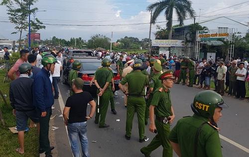 Hàng chục cảnh sát được điều động đến giải vây nhóm người trong xe. Ảnh: Thái Hà