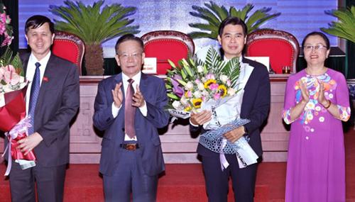 Ông Hoàng Quốc Khánh (thứ hai từ phải), tân Chủ tịch UBND tỉnh Sơn La. Ảnh: PV.