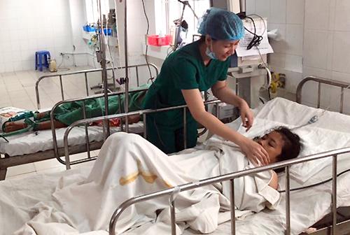 Nữ bệnh nhân người Campuchia qua cơn nguy kịch, tiếp tục được chữa trị. Ảnh: Thanh Phong.