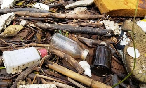 Đủ các loại rác từ mút, sốp cho tới chai, lọ, dầy dép... Ảnh: Giang Chinh