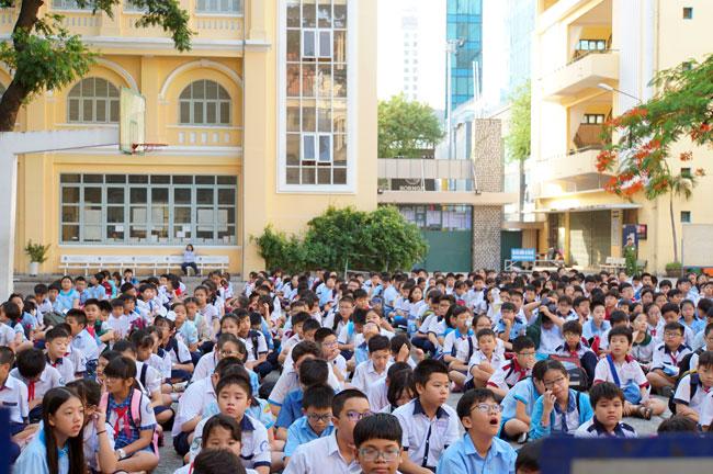 Hơn 900 thí sinh dự khai mạc tại điểm thi THPT chuyên Trần Đại Nghĩa. Ảnh: Mạnh Tùng.