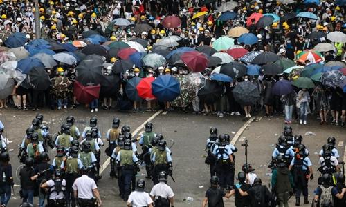 Người biểu tình đối mặt cảnh sát Hong Kong hôm 12/6 ở gần trụ sở cơ quan lập pháp. Ảnh: AFP.