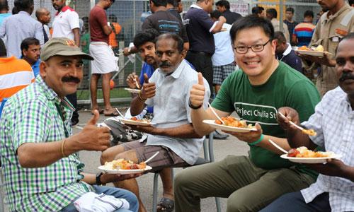Công nhân nhập cư ở Singapore ăn trưa trên đường phố. Ảnh: Project Chulia.