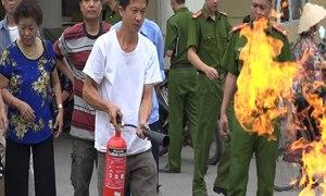 Cảnh sát PCCC hướng dẫn chủ nhà trọ dập tắt bình gas cháy