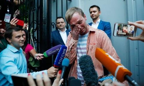 Golunov khóc khi rời tòa án Moskvva ngày 11/6. Ảnh: AP.