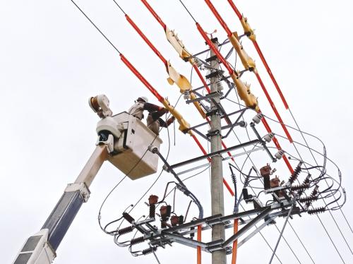 Đội thợ sửa chữa điện nóng: sửa điện không cần cắt điện của EVN Hanoi.