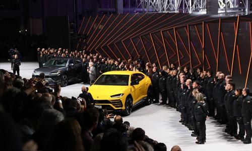 Thủ tướng Italy cảm ơn cổ đông Lamborghini tại lễ ra mắt Urus ở Bologna, Italy, tháng 12/2017. Ảnh: Đức Huy