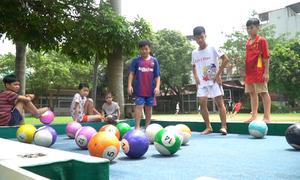 Trẻ em làng SOS Hà Nội chơi bida bằng chân