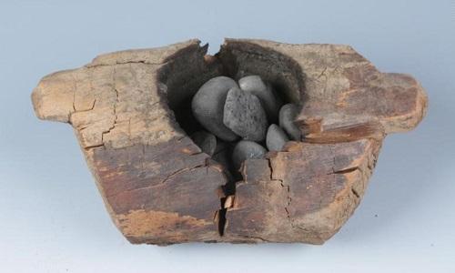 Lò hương và đá dùng để đốt cần sa. Ảnh: CNN.