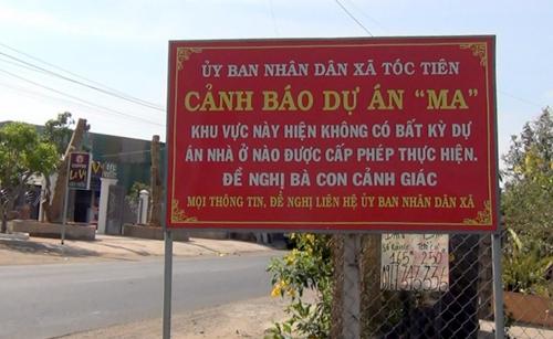 Biển cảnh báo dự án ma được dựng ngay bên khu đất phân lô ở xã Tóc Tiên. Ảnh: Nguyễn Khoa.
