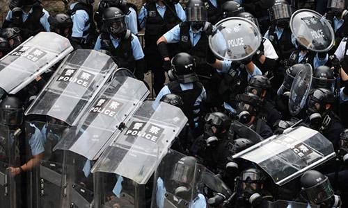 Cảnh sát Hong Kong được triển khai để trấn áp người biểu tình ngày 12/6. Ảnh: Reuters.