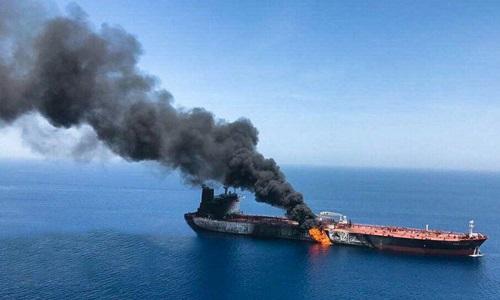 Một trong hai tàu chở dầu bốc cháy sau khi bị tấn công ở Vịnh Oman hôm nay. Ảnh: Twitter.
