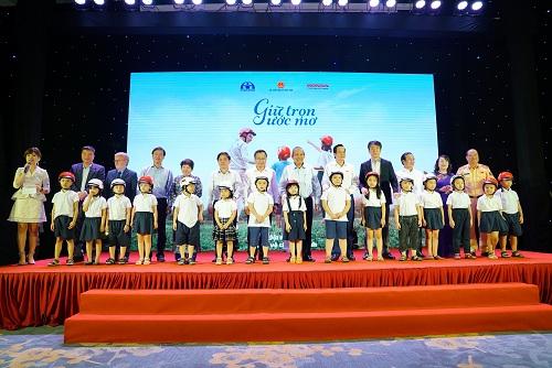 Đại diện ban tổ chứctrao tặng tượng trưng cho 20 em học sinhbước vào lớp 1 năm học 2019 - 2020.