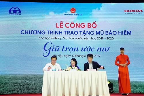 Đại diện Ủy ban ATGT Quốc gia, Bộ GD&ĐT, và Honda VN ký kết thực hiện chương trình.