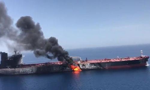 Một tàu chở dầu bốc cháy trên Vịnh Oman ngày 13/6. Ảnh: AP.