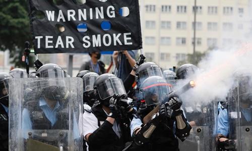 Cảnh sát Hong Kong bắn hơi cay vào người biểu tình hôm 12/6. Ảnh:AP.