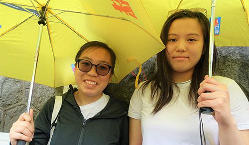 Natalie Tam(trái) vàChinnie Liu đều là con của những người Hong Kong từng di cư sang Canada rồi quay trở lại đặc khu. Ảnh: SCMP