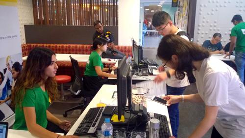 Shakeela Shahid (ngoài cùng bên trái) đang theo học chương trình Cử nhân Hệ thống thông tin tại UNSW, đồng thời được nhận vào làm việc tại phòng IT & Quản lý dự án của trường theo chương trình tình nguyện UNSW Hero.