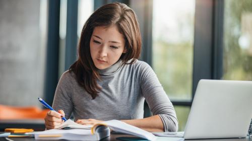 Một bài thi SAT gồm hai phần chính là Đọc, Viết và Toán.
