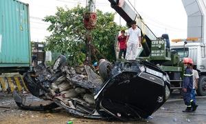 Cảnh sát xử lý hiện trường container tông ôtô khiến 5 người chết